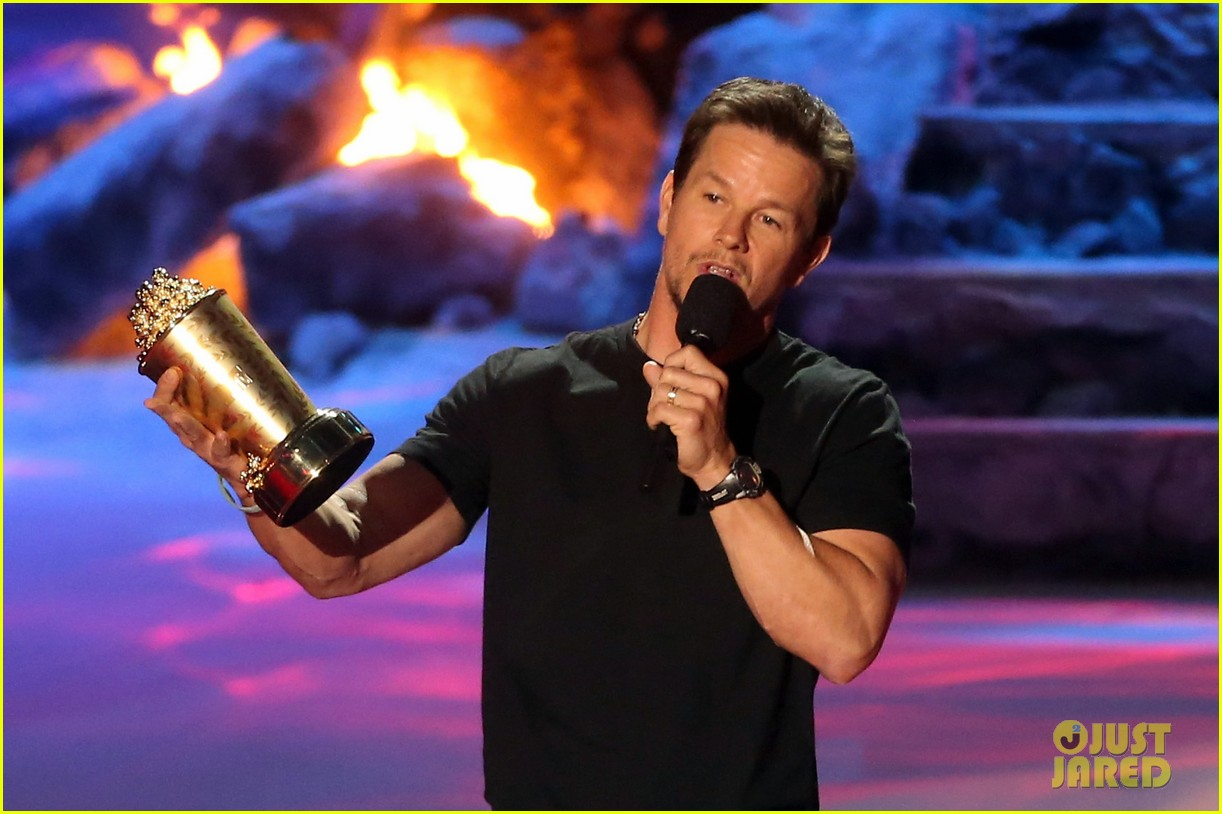 mark wahlberg wins generation award at mtv movie awards 2014 013091431