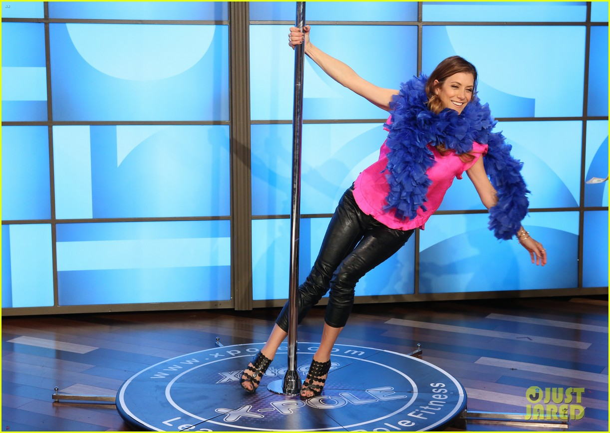 kate walsh dances on stripper pole 02
