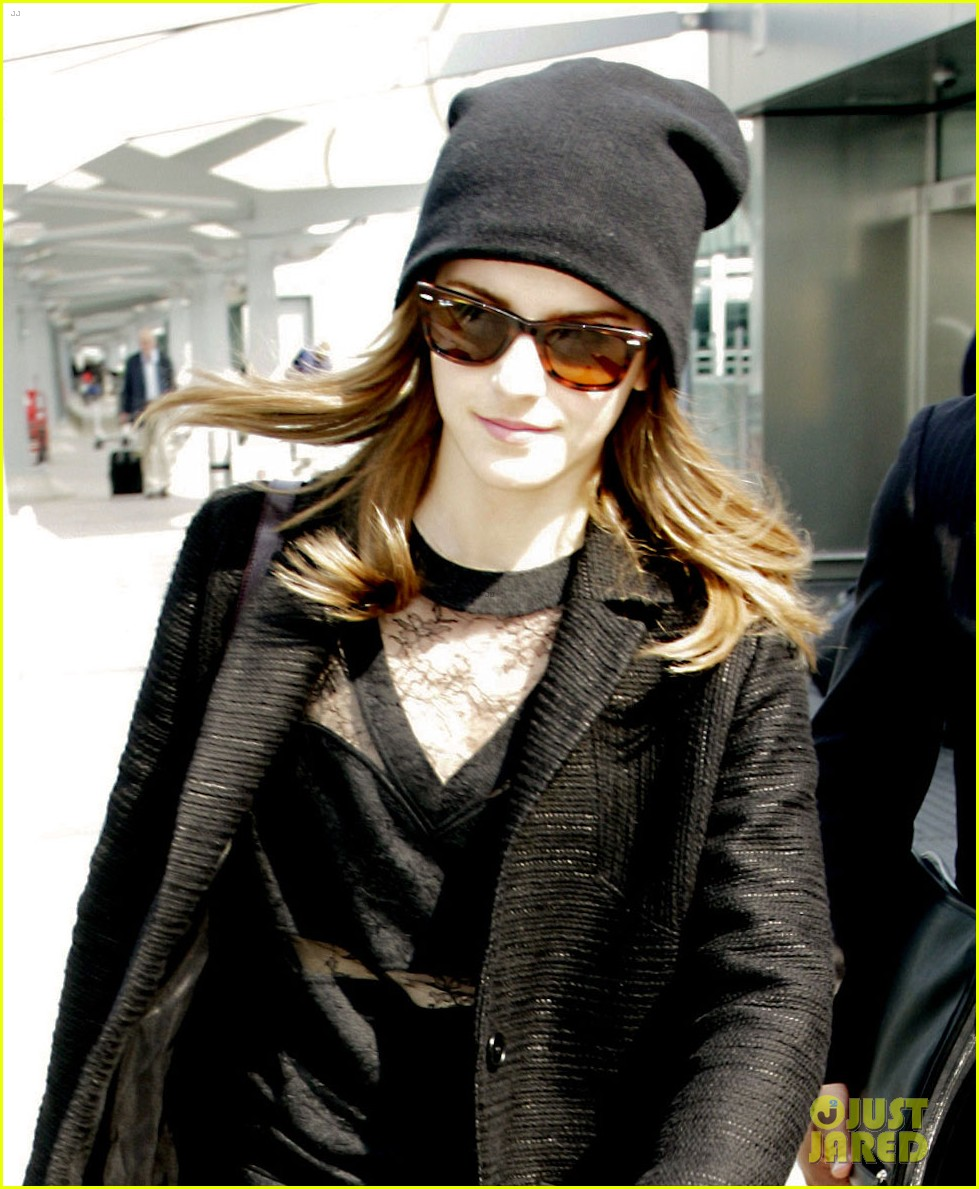 emma watson flies back to london after quick new york trip 043096074