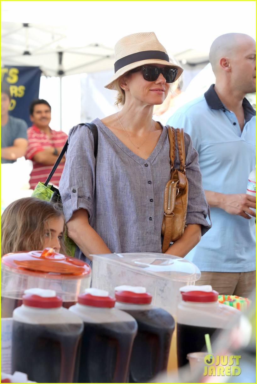 naomi watts rocks a baggy shirt dress for easter sunday shopping 12