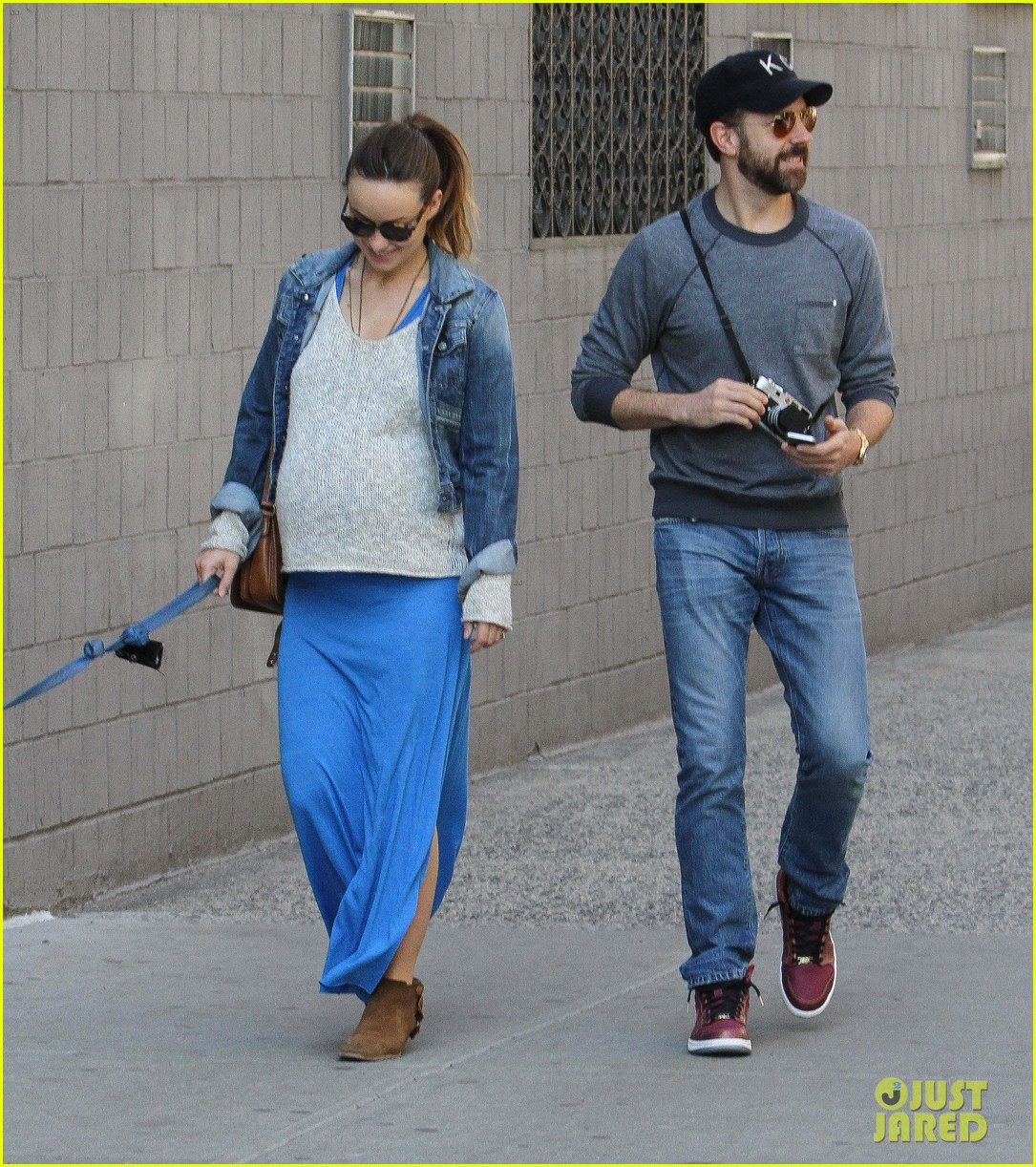 olivia wilde growing baby bump dog walk 05