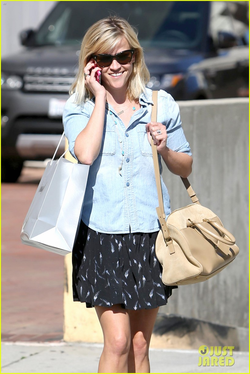 reese witherspoon makes a funny face at pals birthday party 063101095