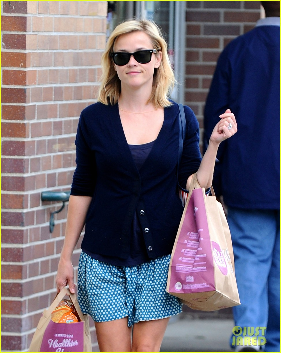reese witherspoon makes a funny face at pals birthday party 22