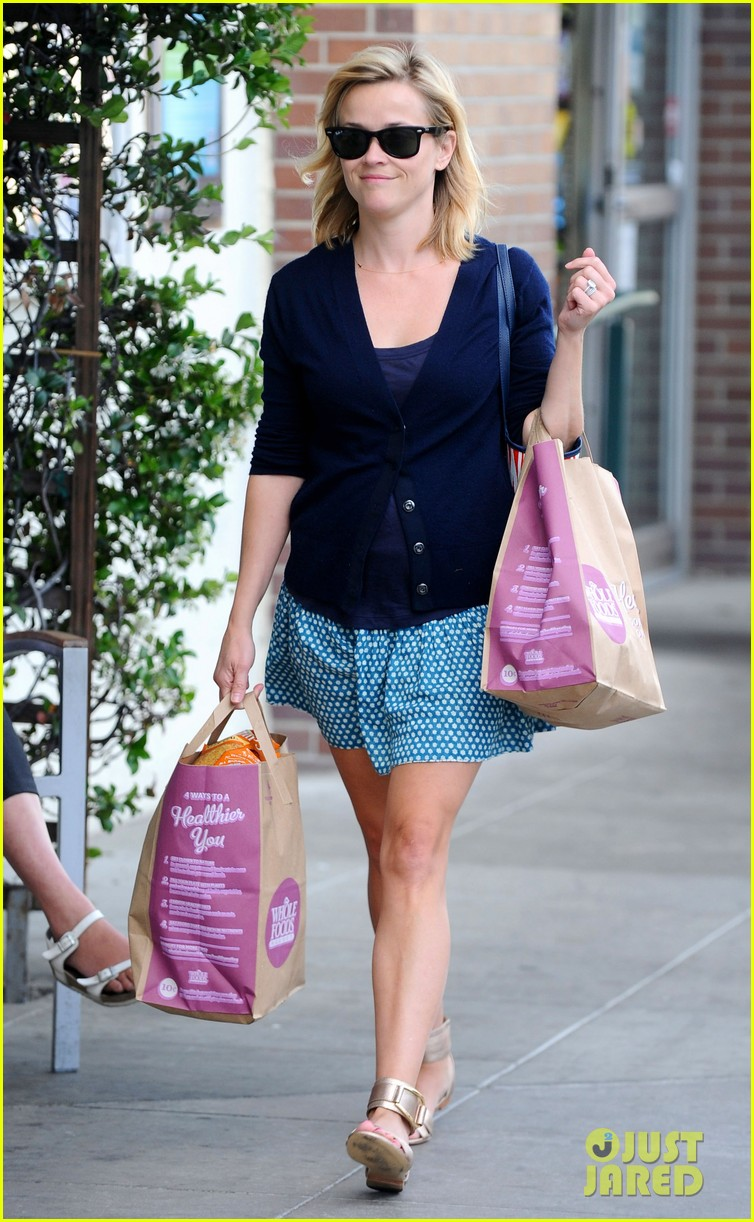 reese witherspoon makes a funny face at pals birthday party 23