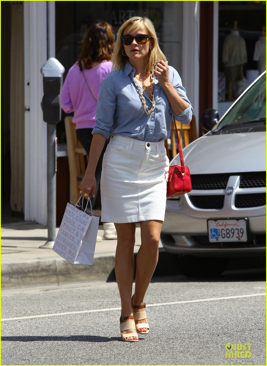 reese witherspoon epitome of spring fashion 05