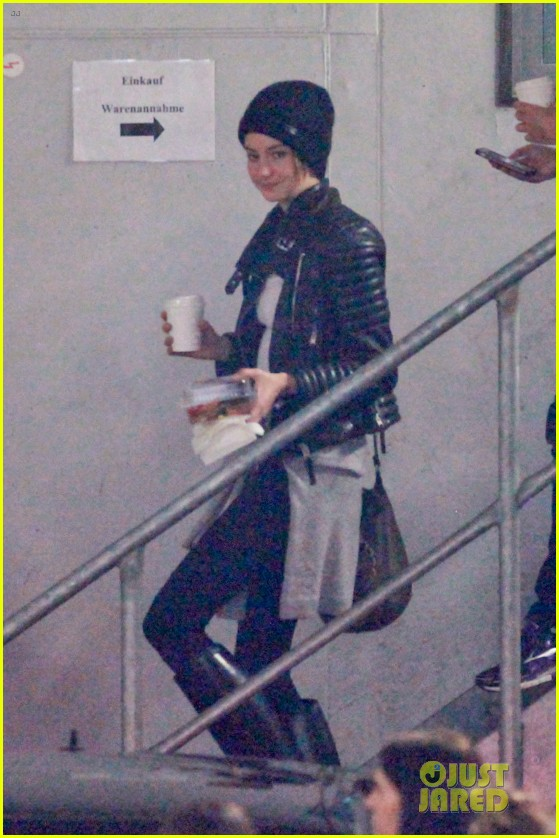 shailene woodley theo james hotel exit at night 013083549
