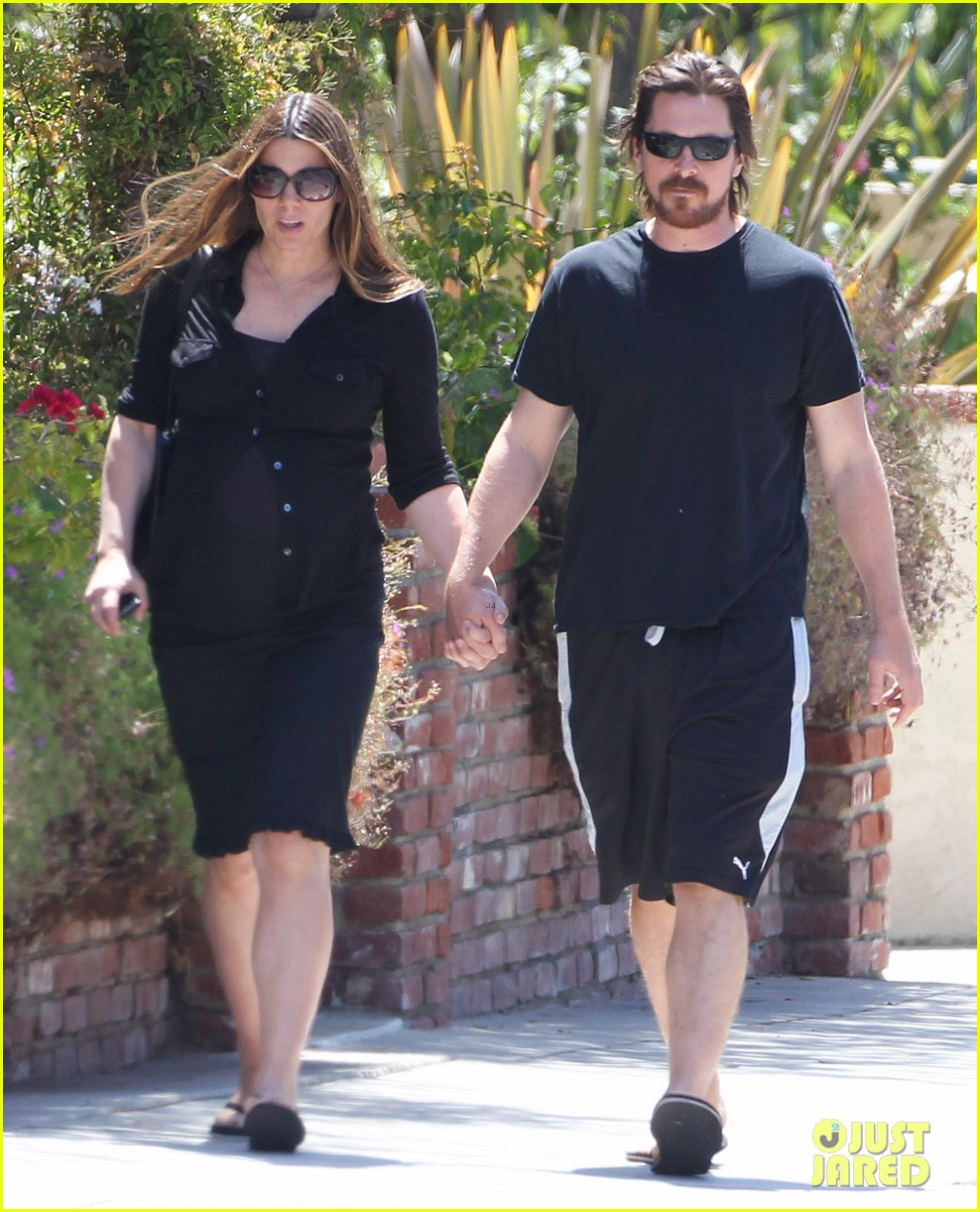 christian bale pregnant wife sibi hold hands 03