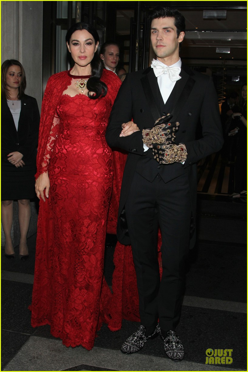 monica bellucci red cape met ball 2014 03