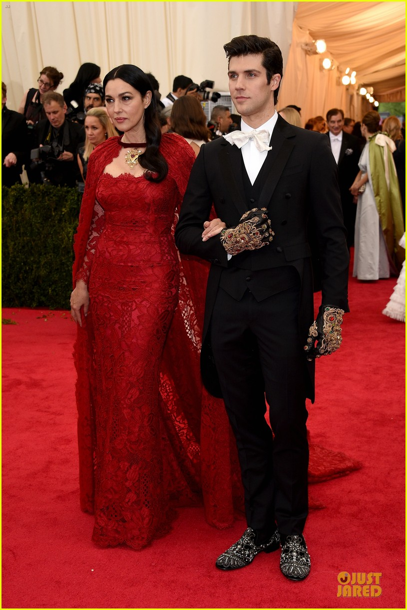 monica bellucci red cape met ball 2014 05