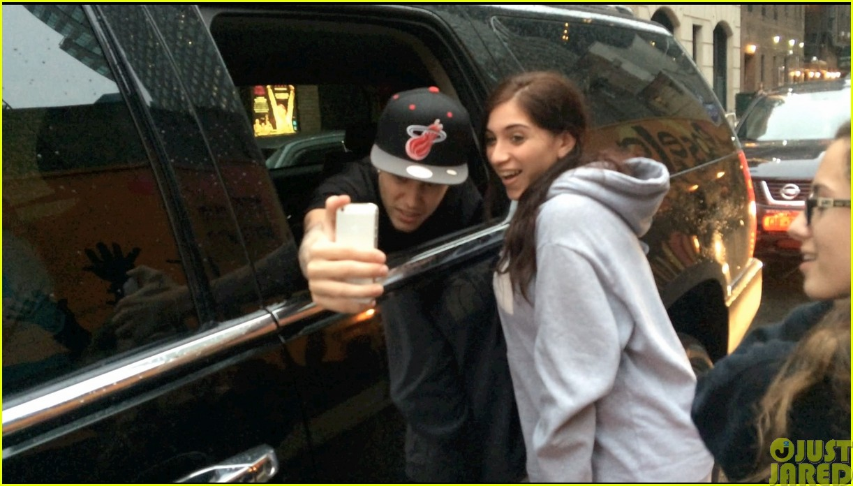 justin bieber takes selfies with fans no matter what the weather is like04