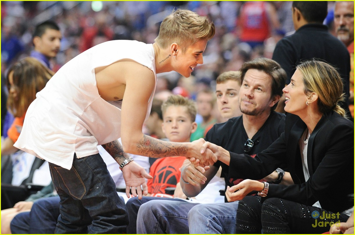 justin bieber spends mothers day courtside at clippers game02