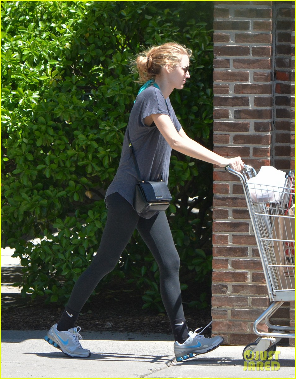blake lively comfortable grocery shopping dogs 07