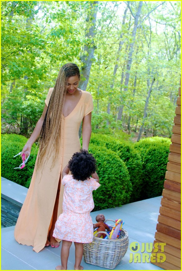 blue ivy carter walks in beyonces shoes 03