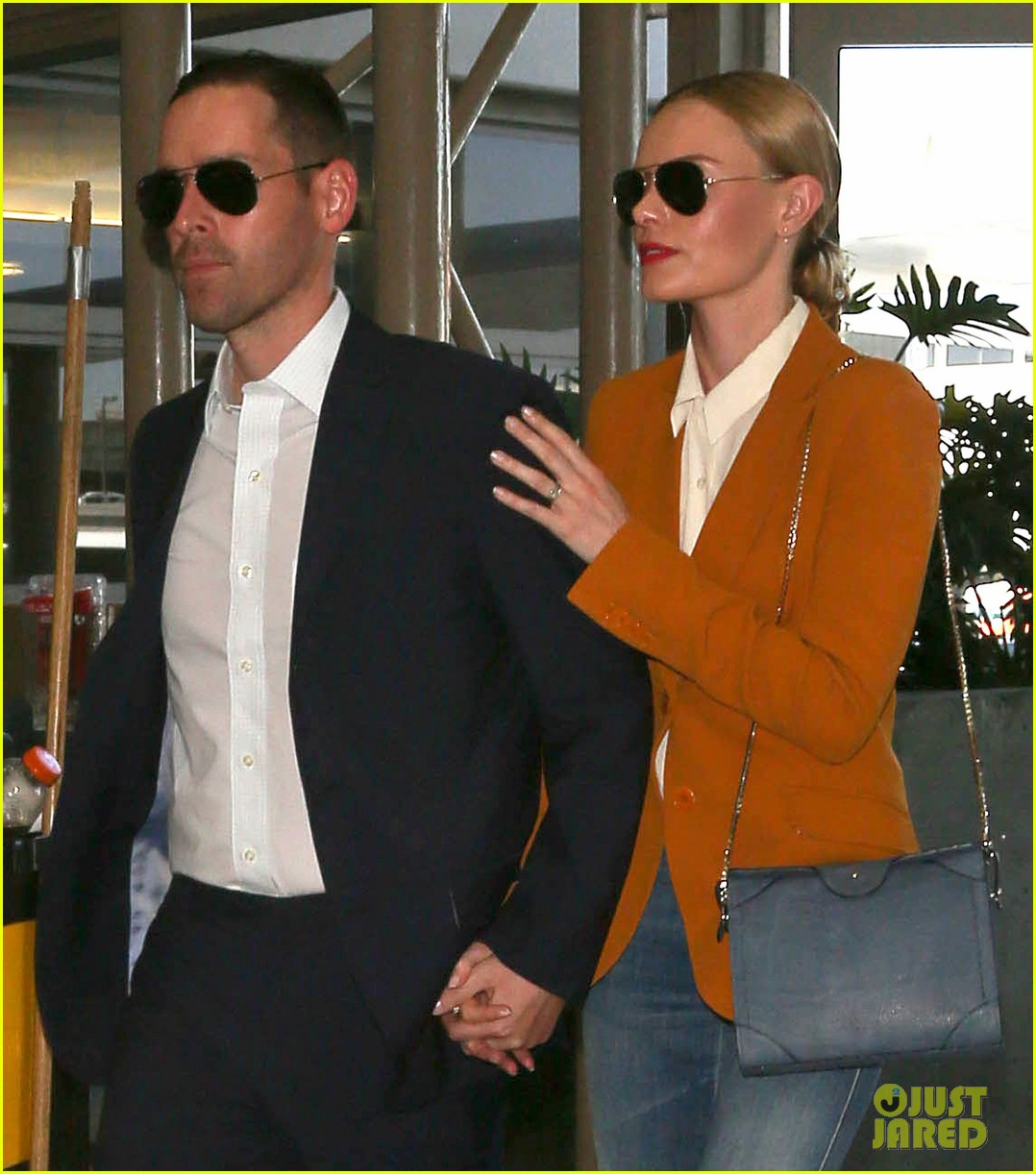 kate bosworth has a surreal moment at the airport 02