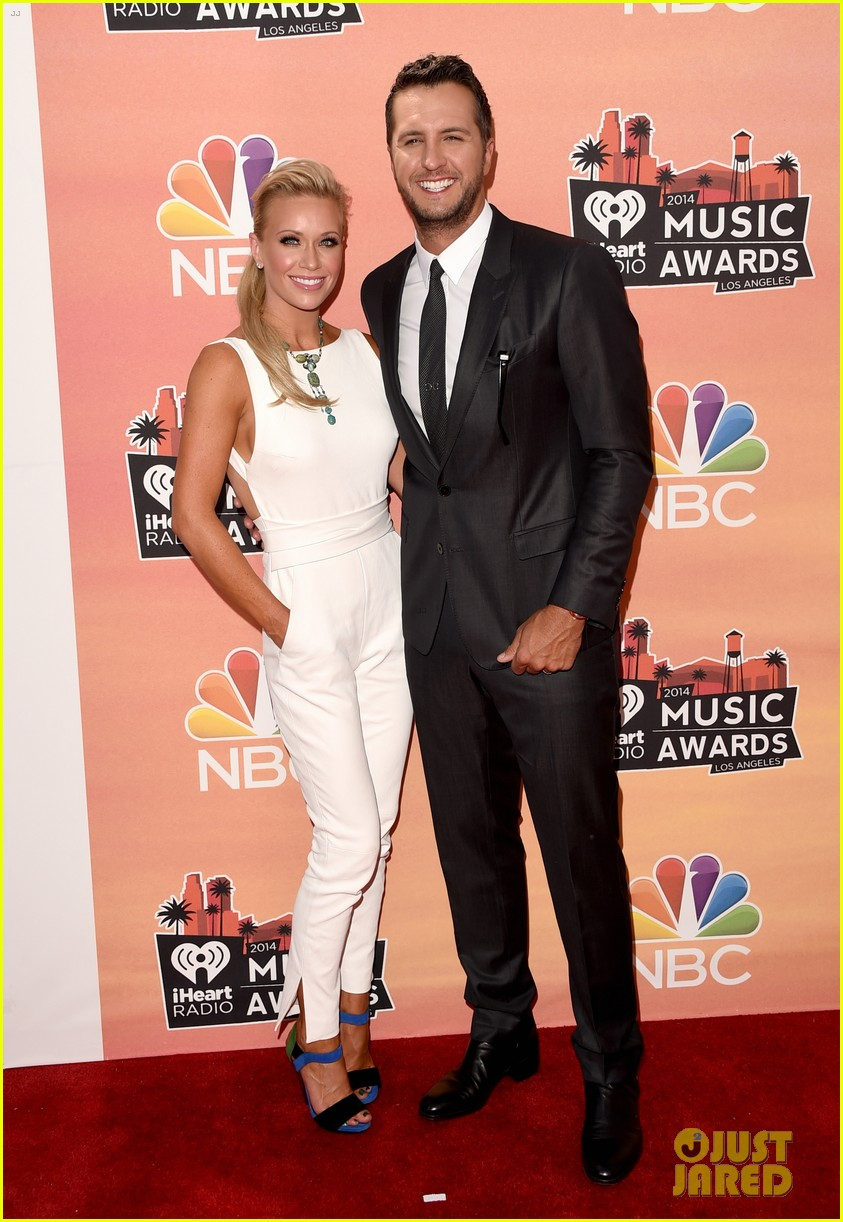 luke bryan wife caroline kiss at iheartradio music awards 2014 033103256