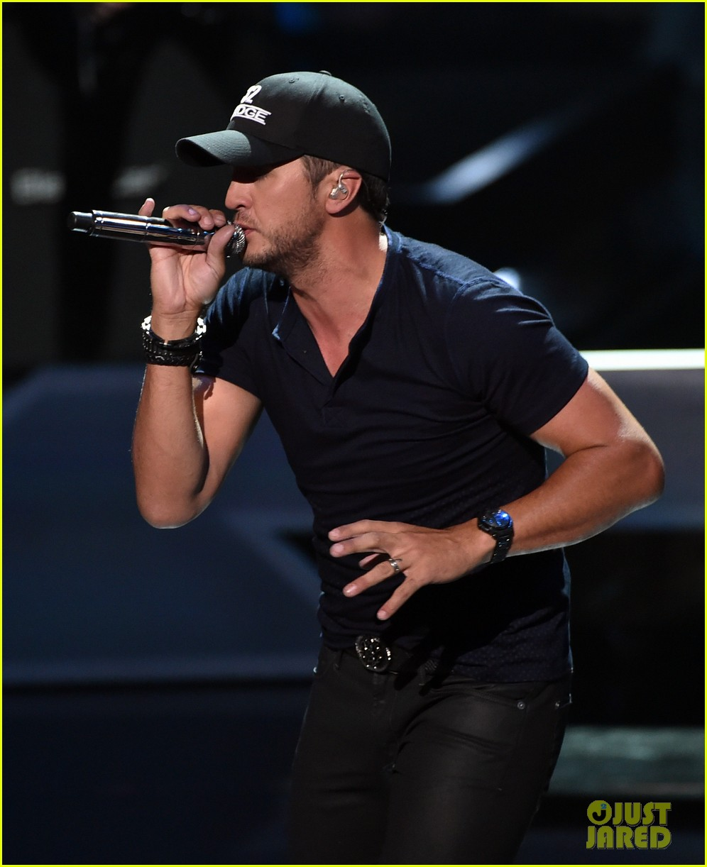 luke bryan tight jeans iheartradio music awards 2014 113103471