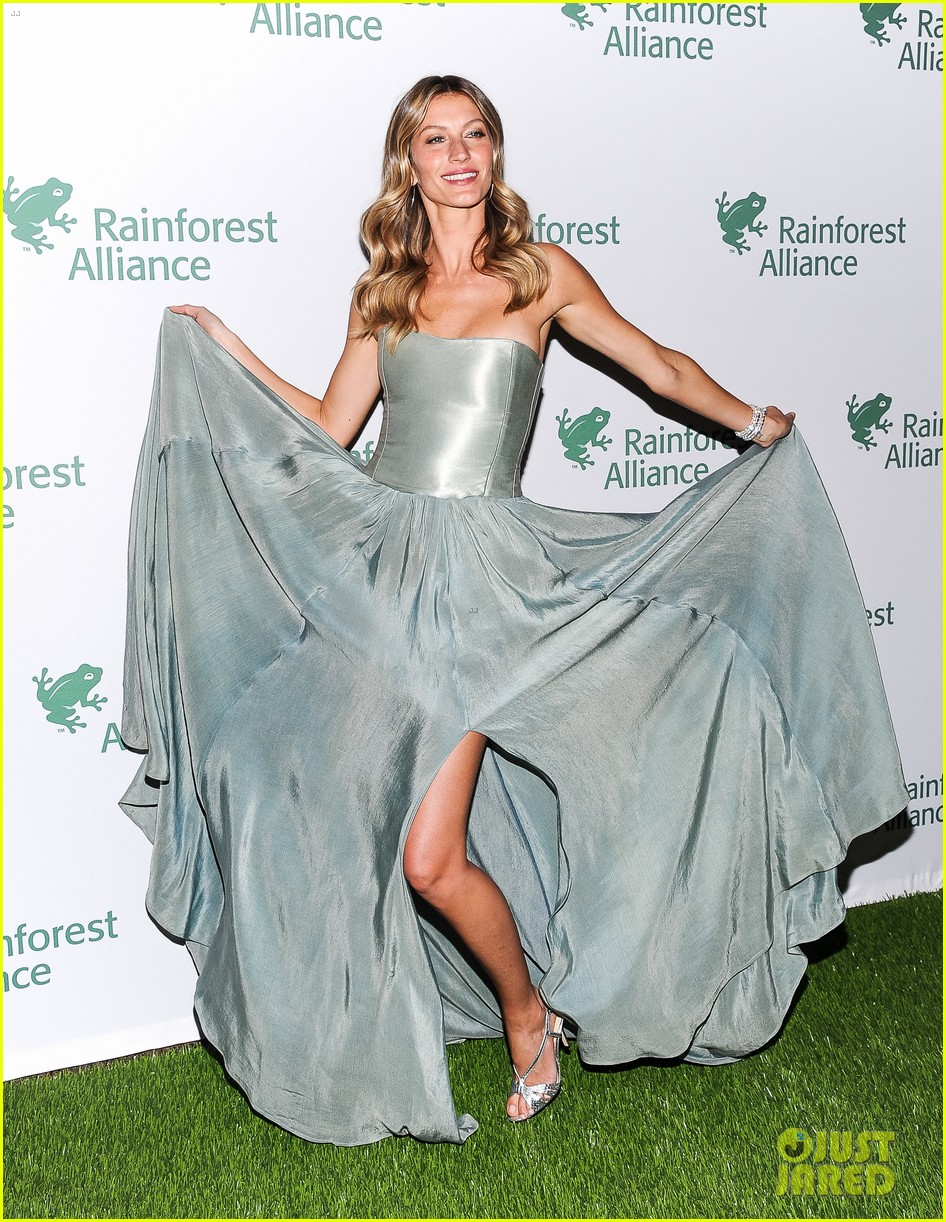 gisele bundchen playfully poses with her dress 15