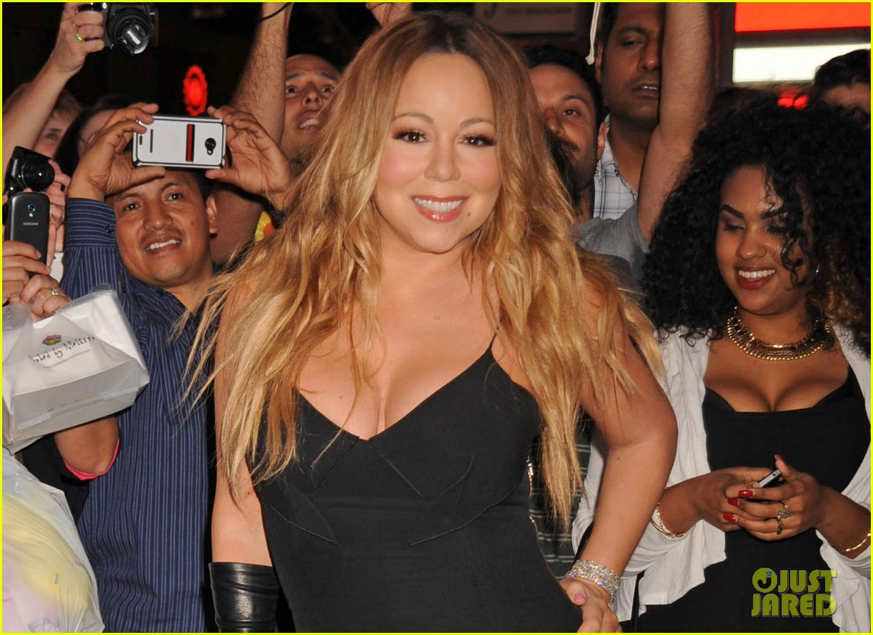 mariah carey shuts down times square with album promo 04