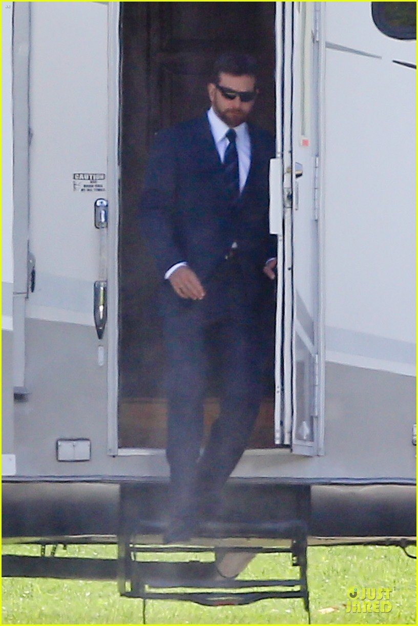 bradley cooper buff on american sniper set 12