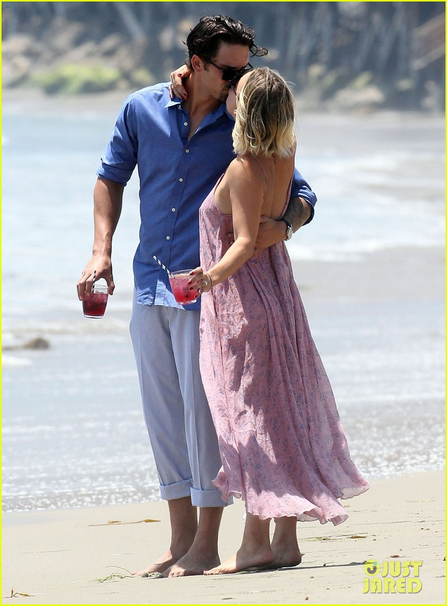 kaley cuoco hits up joel silvers memorial day party with ryan sweeting 07