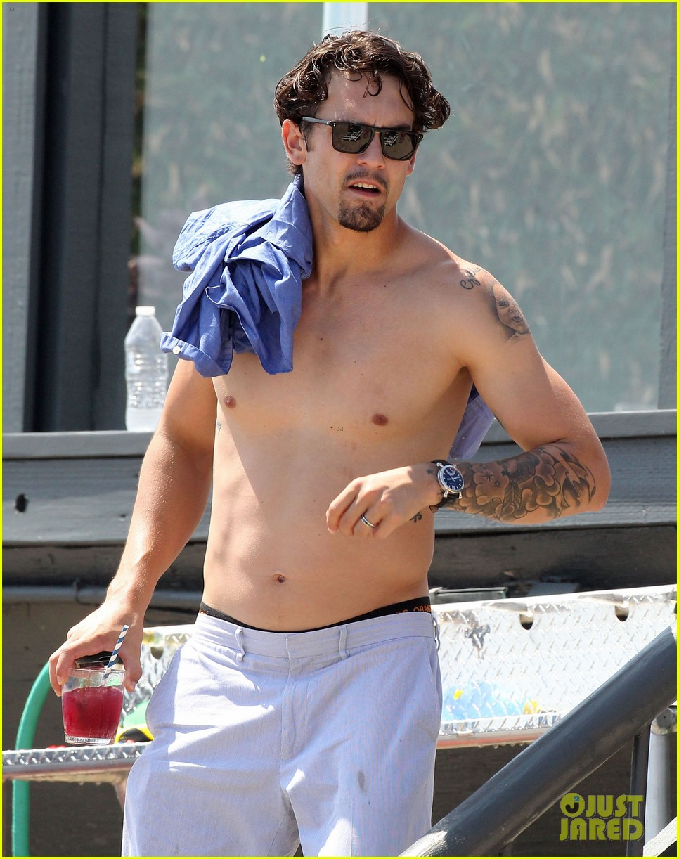 kaley cuoco hits up joel silvers memorial day party with ryan sweeting 12