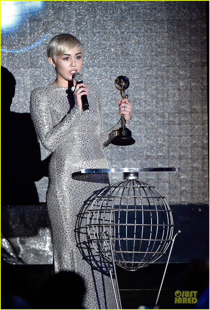 miley cyrus wins at world music awards 2014 05