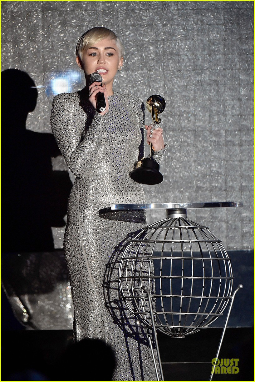 miley cyrus wins at world music awards 2014 06