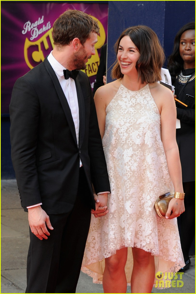 jamie dornan wife amelia hold hands make one cute couple at arquive awards 03