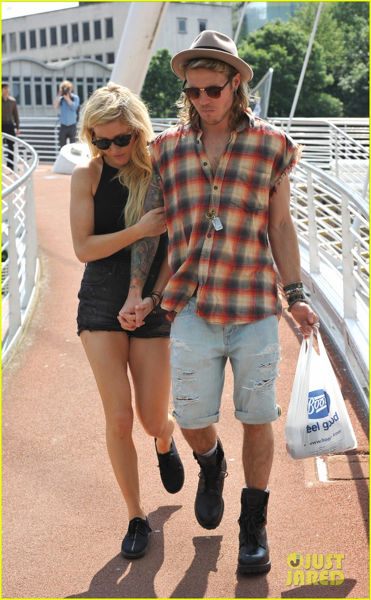 ellie goulding dougie poynter hands food 053117658