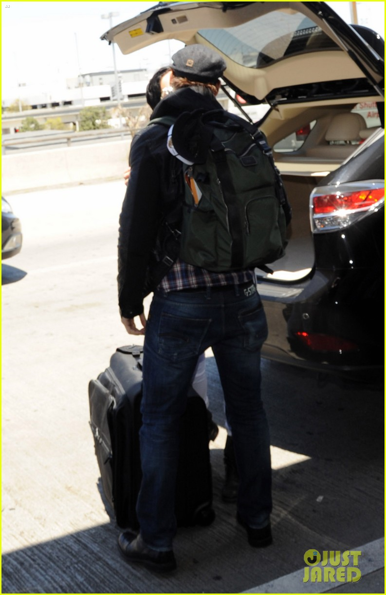 peter facinelli gives jaimie alexander a goodbye kiss at lax 03