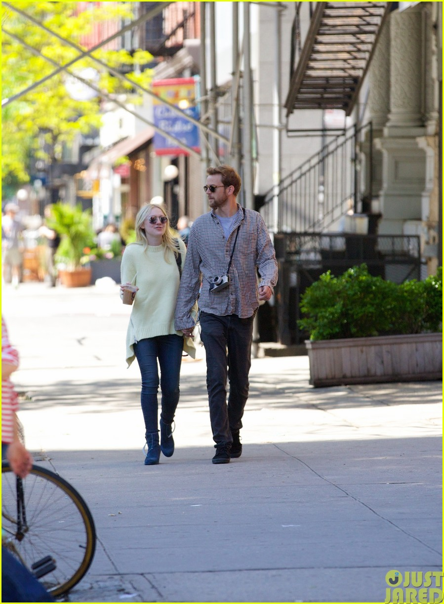 dakota fanning holds boyfriend jamies hand in nyc21