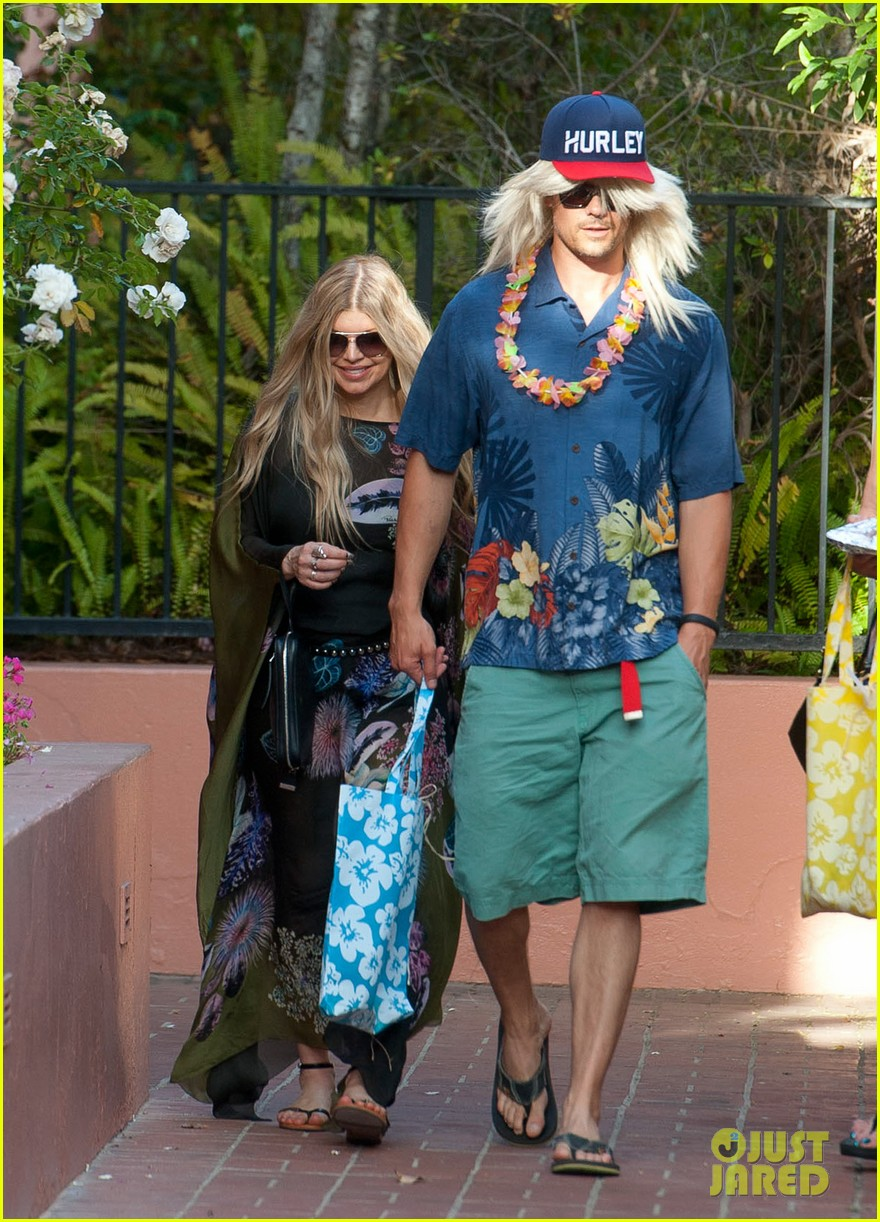 fergie josh duhamel dress up for surfing themed party 03