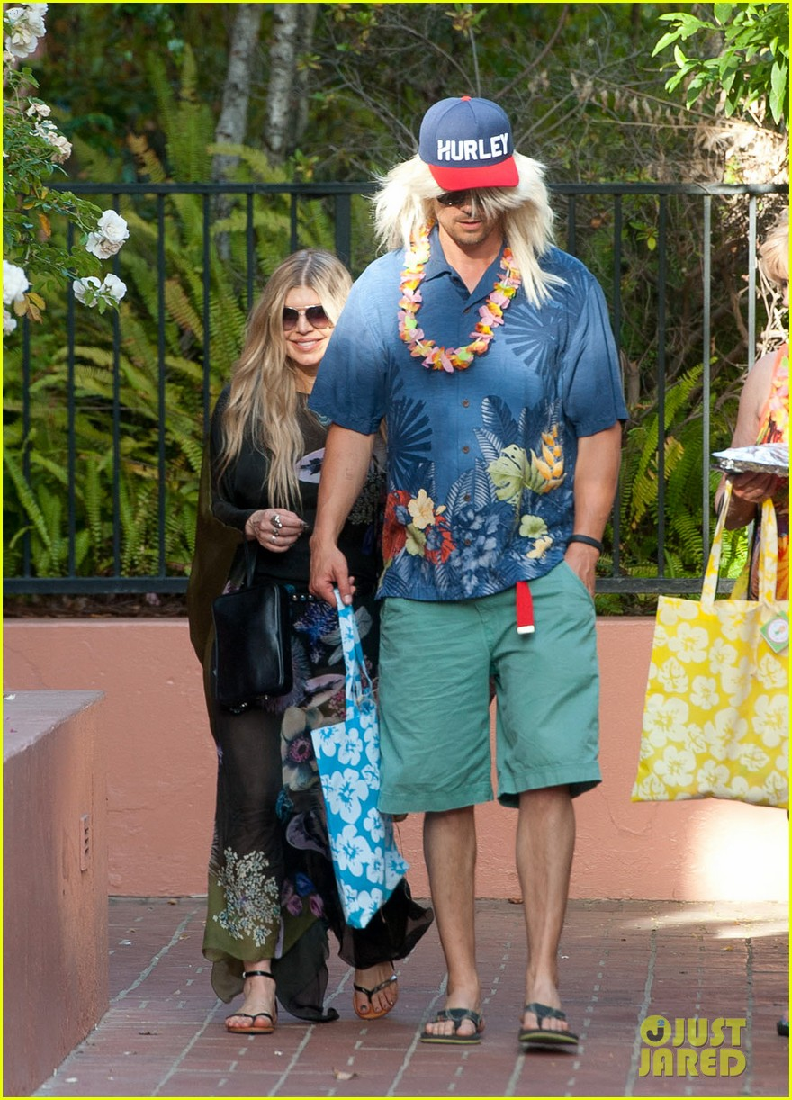 fergie josh duhamel dress up for surfing themed party 07