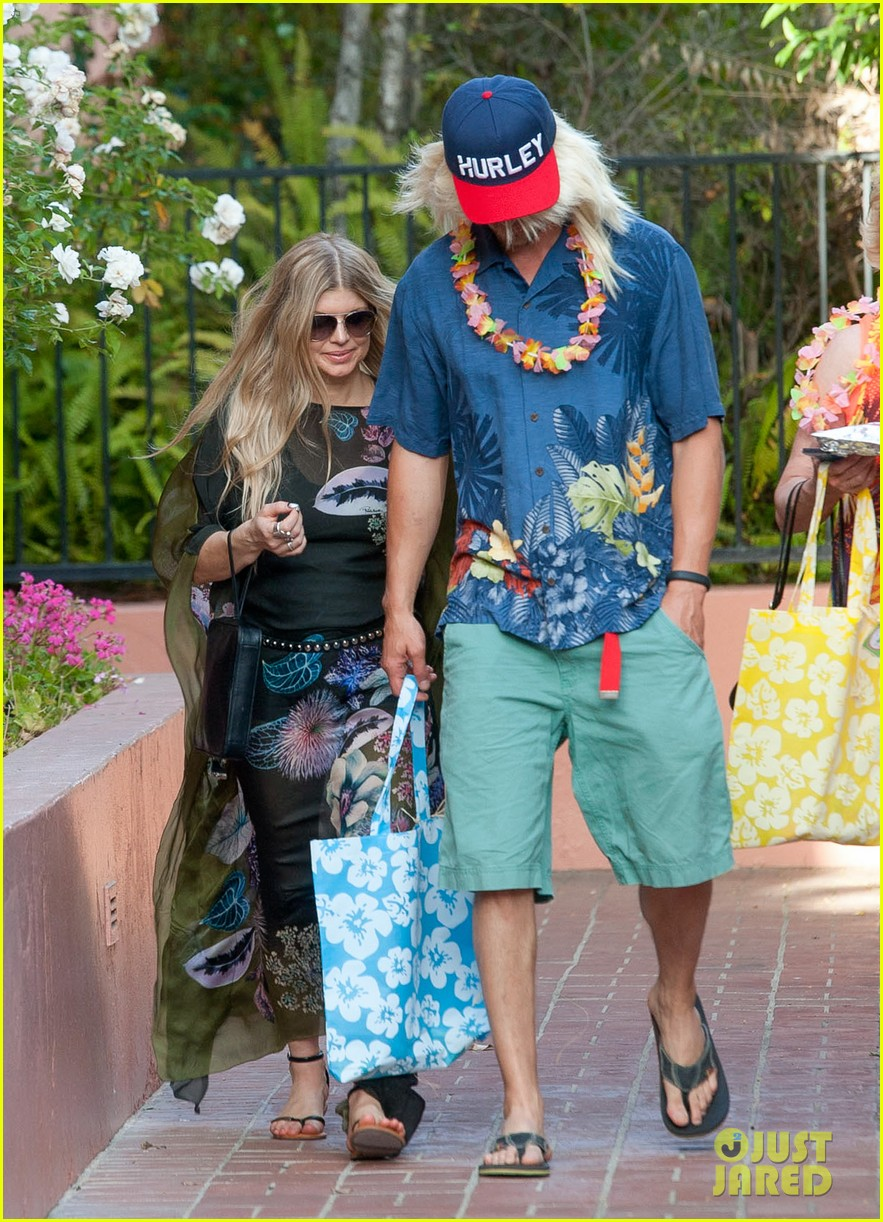 fergie josh duhamel dress up for surfing themed party 08
