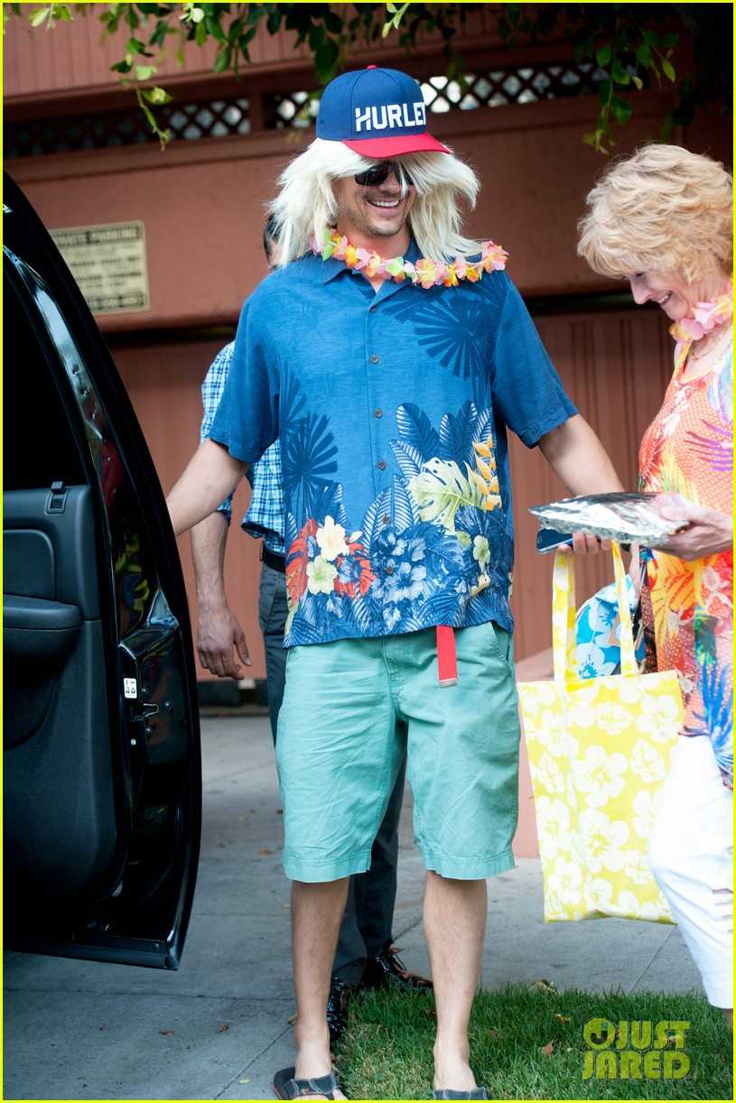 fergie josh duhamel dress up for surfing themed party 10
