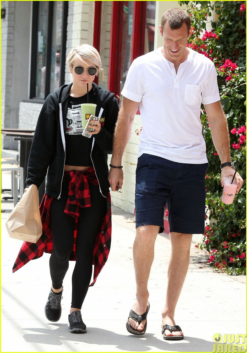 julianne hough and boyfriend brooks laich make a smoothie stop44