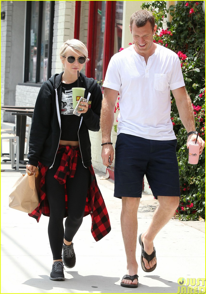 julianne hough and boyfriend brooks laich make a smoothie stop45