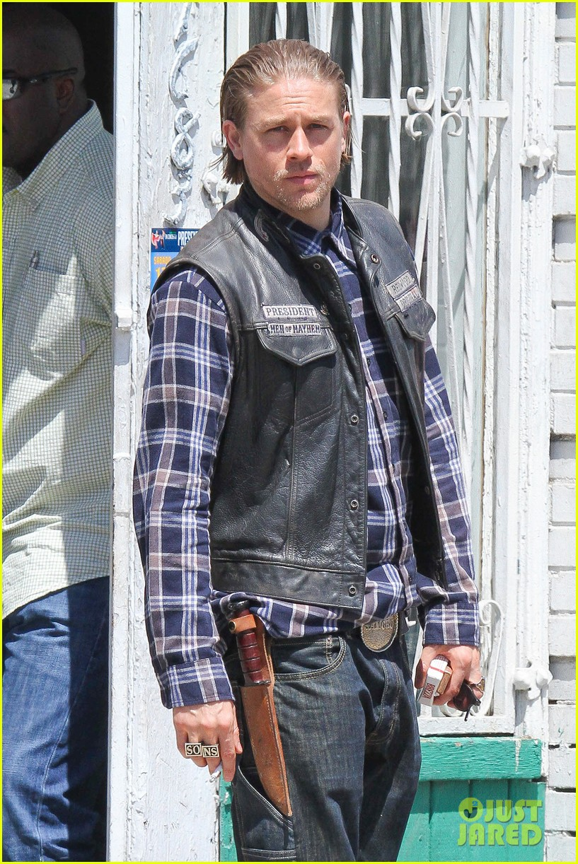 charlie hunnam gets all made up on sons of anarchy set 04