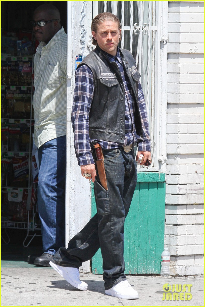 charlie hunnam gets all made up on sons of anarchy set 063124236