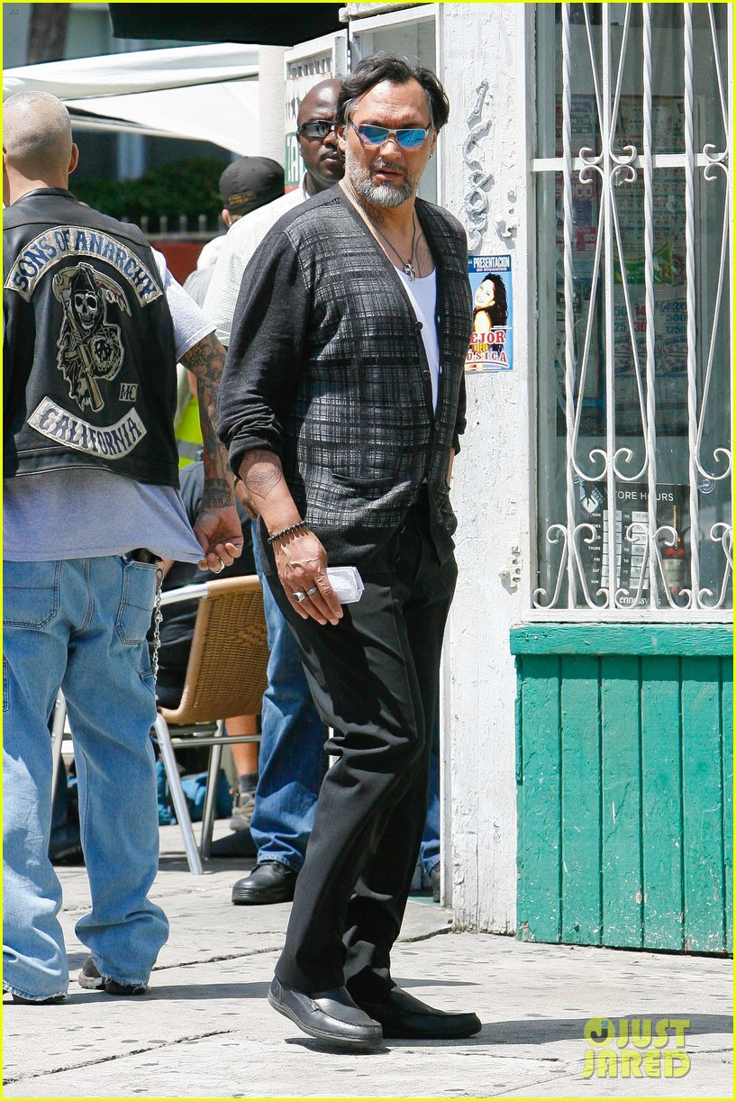 charlie hunnam gets all made up on sons of anarchy set 10