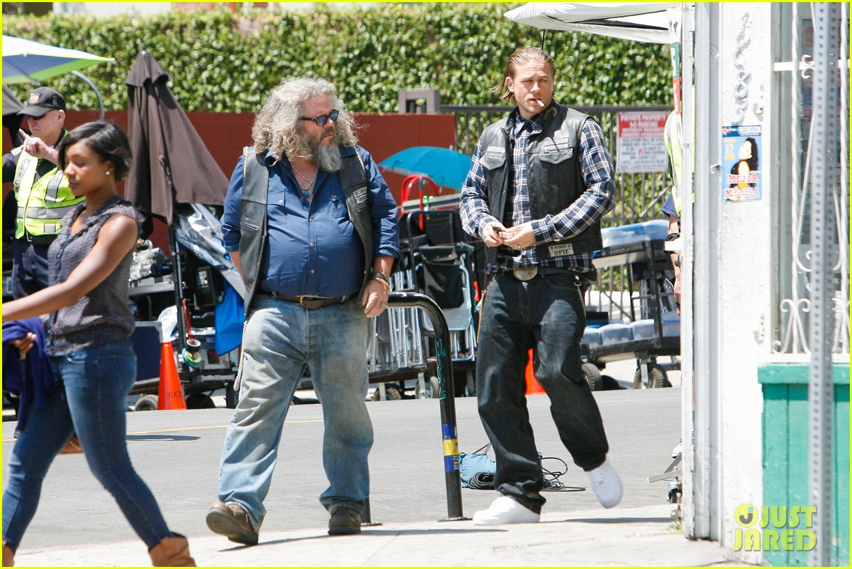 charlie hunnam gets all made up on sons of anarchy set 18