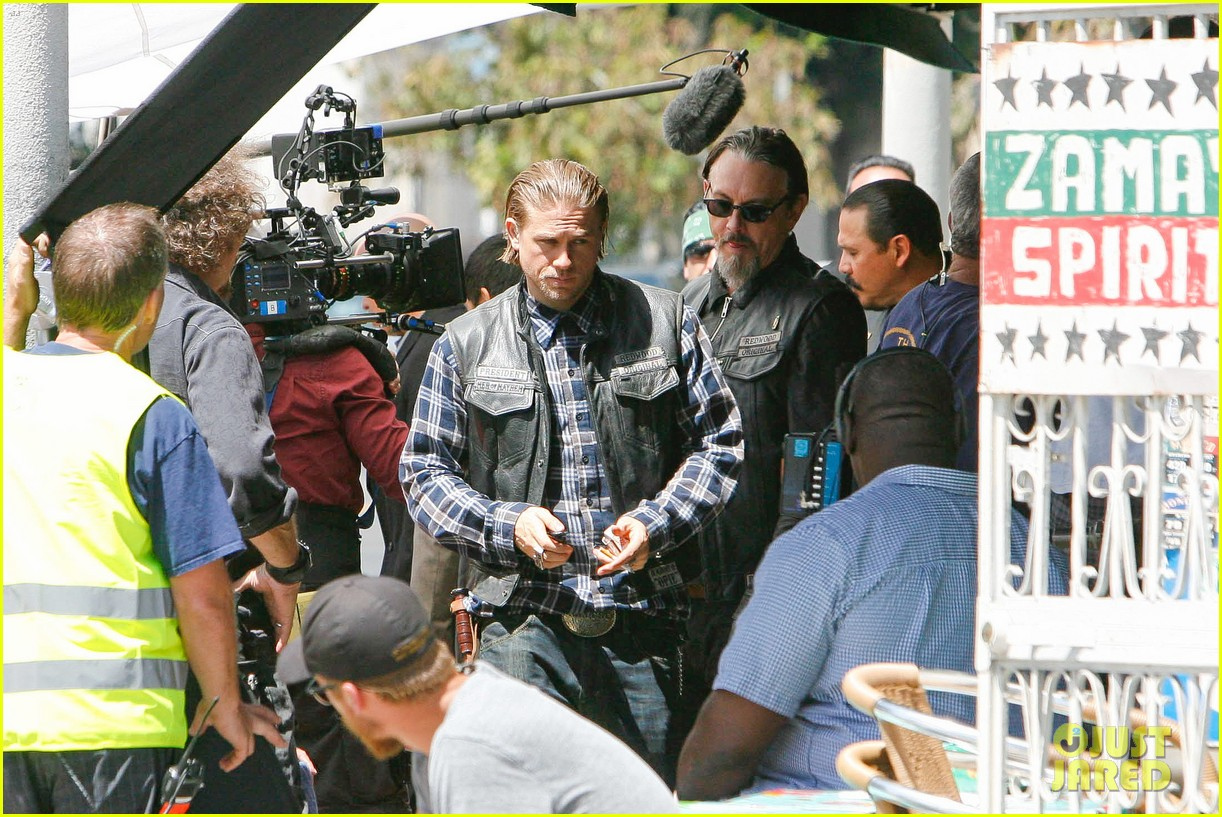 charlie hunnam gets all made up on sons of anarchy set 30