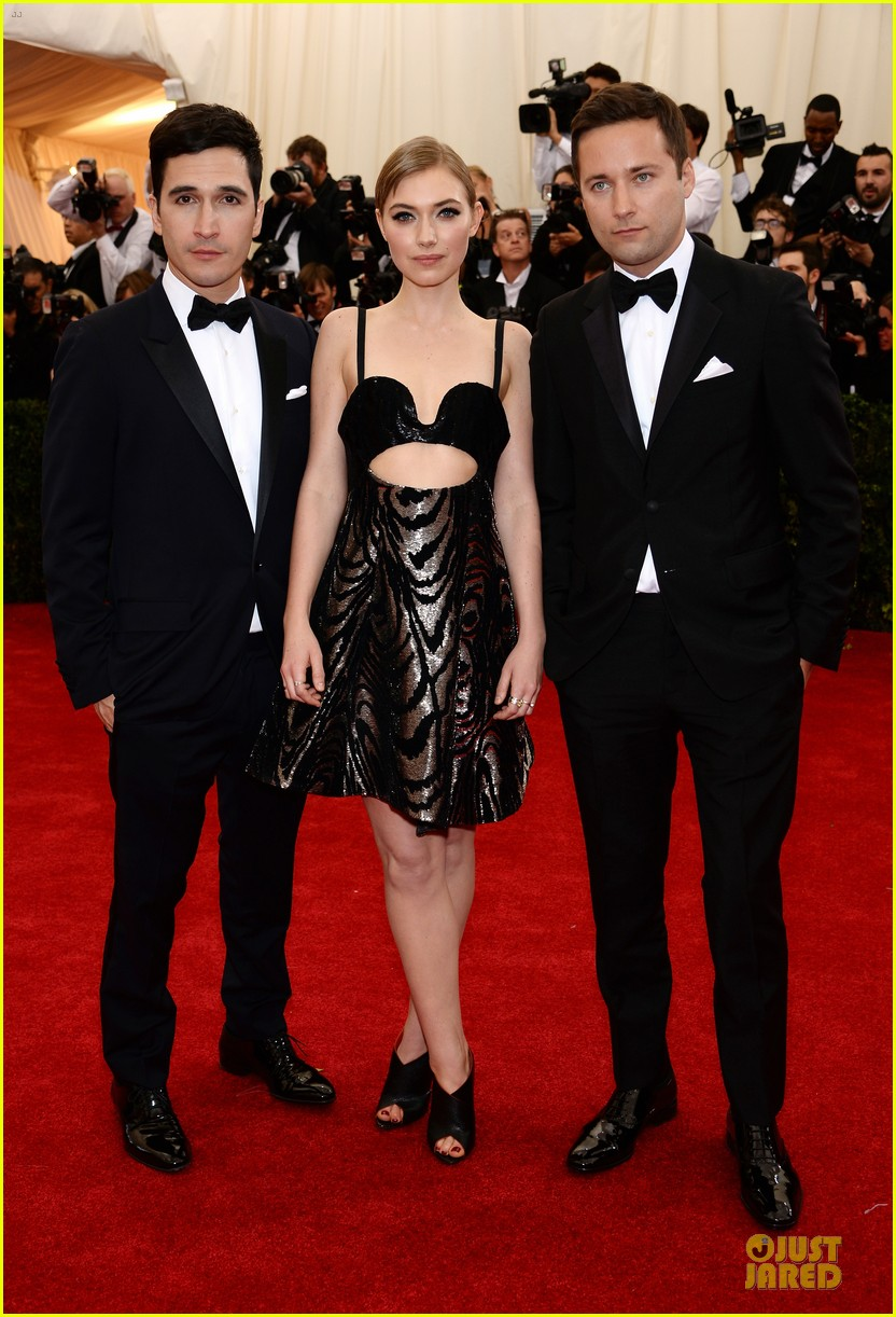 imogen poots bares midriff at met ball 2014 03