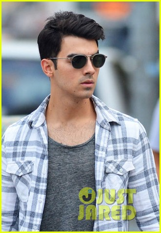 joe jonas and blanda eggenschweiler enjoy the sunny spring weather013110906