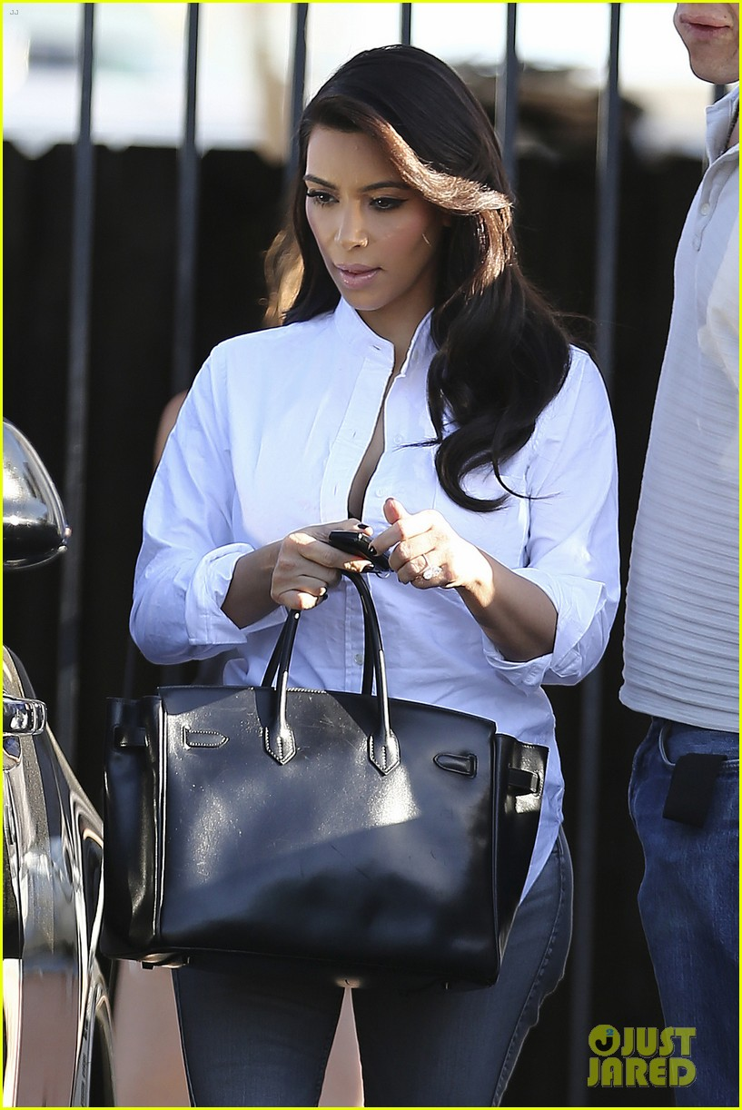 kim kardashian does an impromptu photo shoot at her home 06