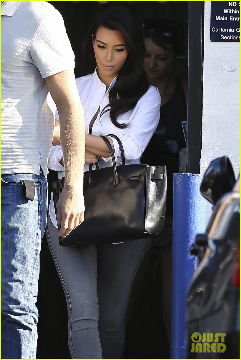kim kardashian does an impromptu photo shoot at her home 113113652