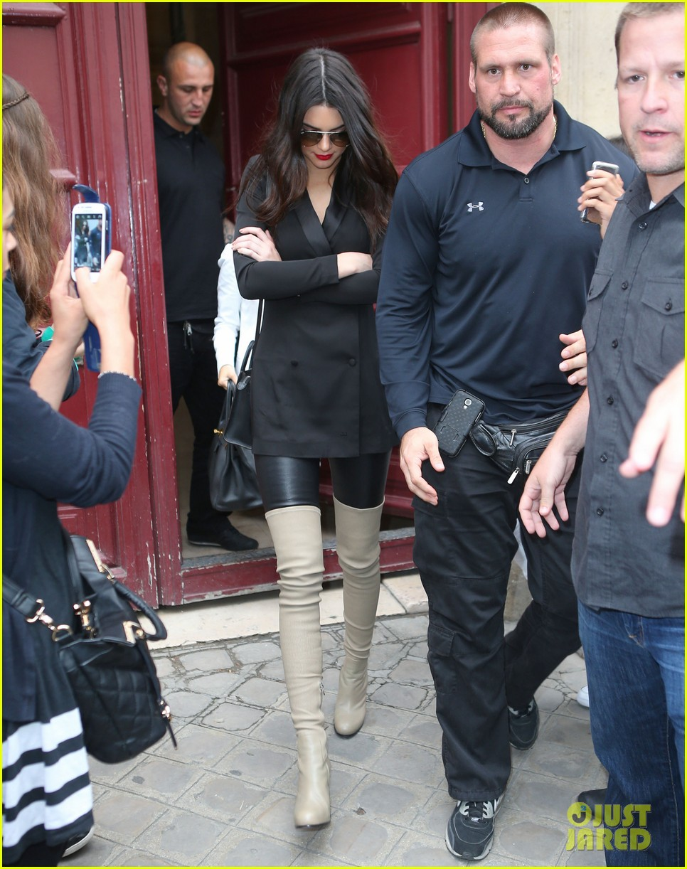 kim kardashian shows some leg at dinner with her family 13