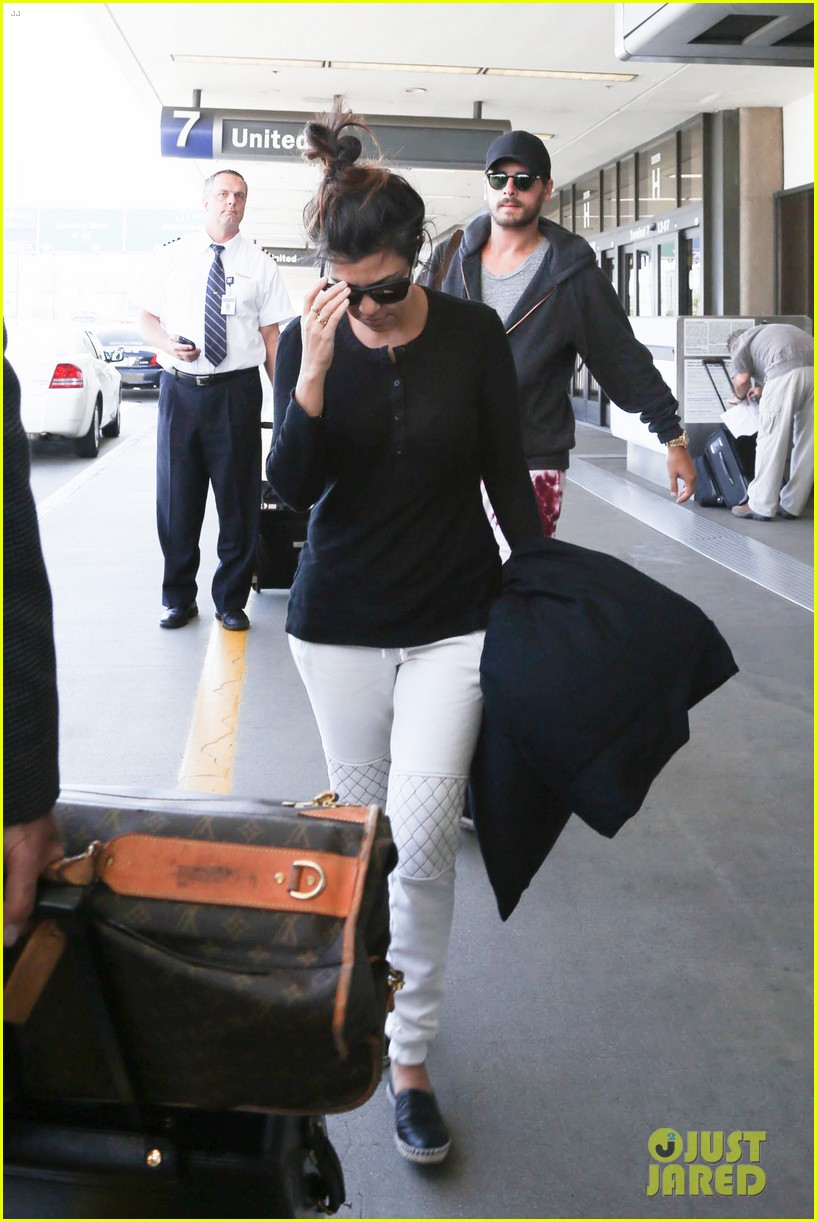 khloe kourtney kardashian touch down at lax just in time for mothers day 08