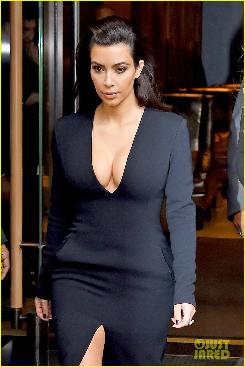 kim kardashian flashes major cleavage at nbcu upfronts 07