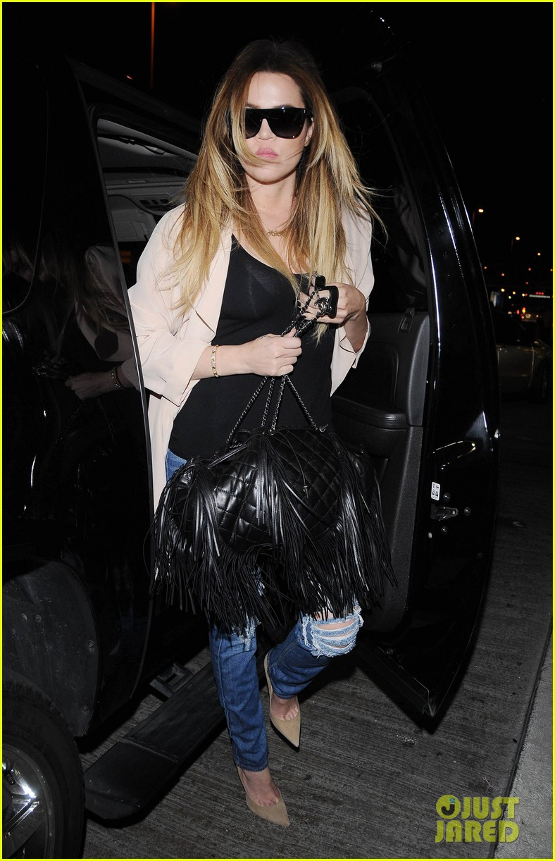 kim kardashian catches a flight out of town with khloe 04